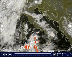 Inizio Settimana con piogge, poi migliora, ma ripeggiora: l'Autunno c'è! - Situazione meteo di questa mattina in tempo reale. Fonte: sat24