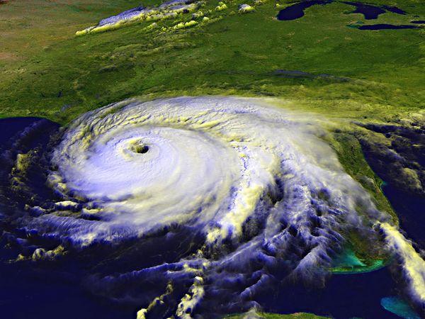 """Immagine satellitare di un uragano, con """"occhio"""" ben visibile."""