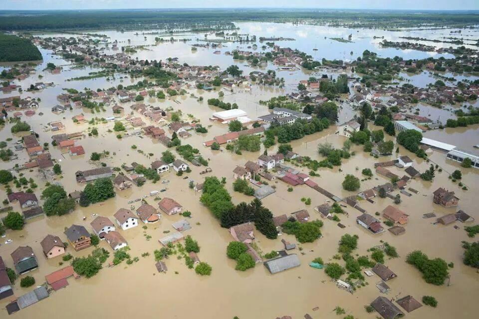 Un'altra impressionante visione aerea delle alluvioni sulla regione della Slavonia , Croazia.