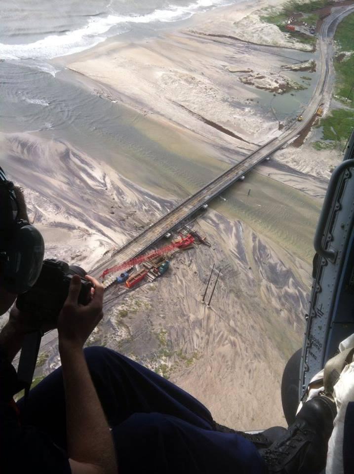 Il ponte dell'autostrada 12 investito dalla sabbia portata dalle onde.